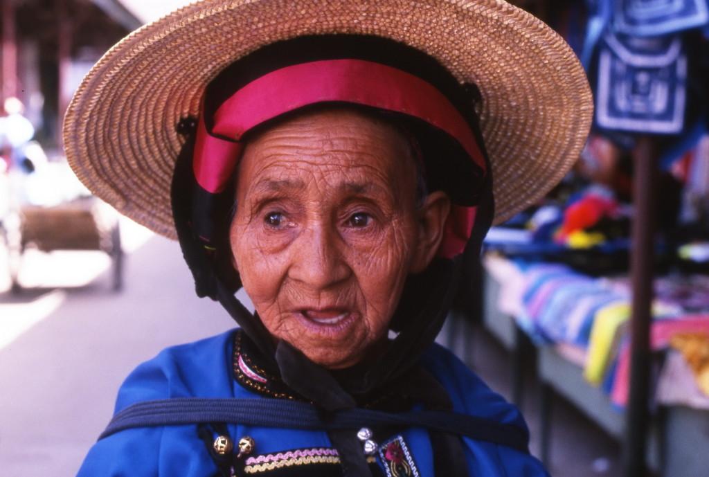 2002-05 China - Sani minderheid - vrouw op markt in Yiliang-1800pix