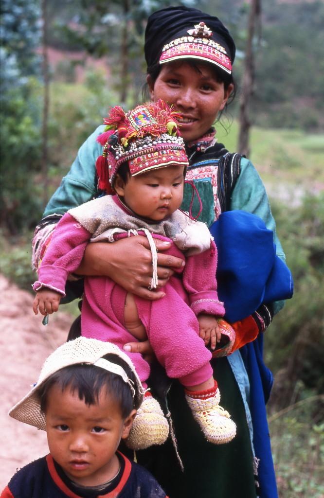 2002-05 China - Yi minderheid - moeder met kinderen-1800pix