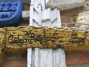 Geveldecoratie voorm Rabobank-Antoon Heijn-signatuur en logo Porceleyne Fles Delft
