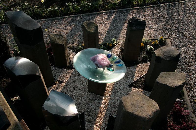 Monument Geen Levenslicht Gezien-Marco Fronik- 9 zuilen = 9 maanden zwangerschap