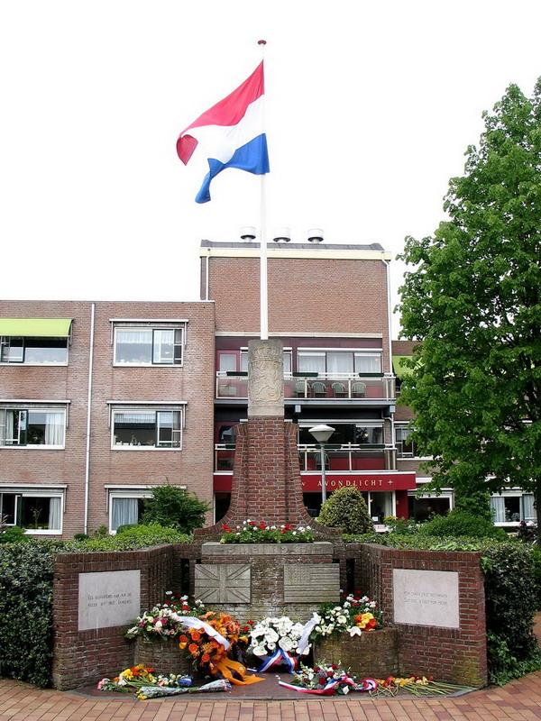 Oorlogsmonument Mijdrecht-JF Vermeulen-totaal beeld met vlag