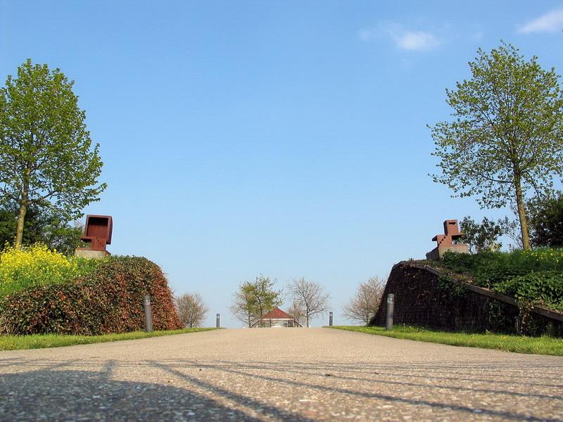 Twee elementen-1-Pjotr Müller-ingang begraafplaats-1
