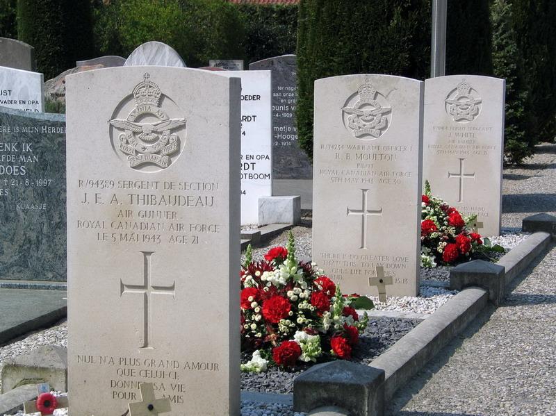 x Graven Canadese militairen - drie grafstenen