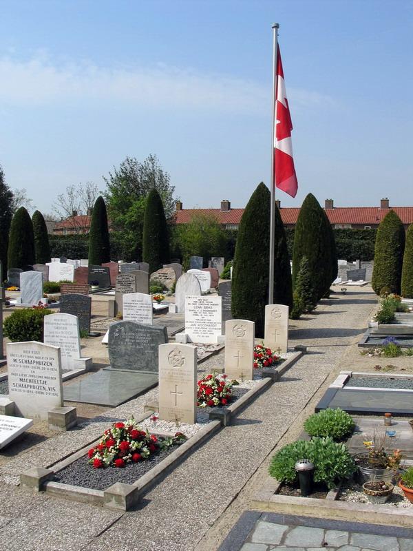 x Graven Canadese militairen - totaal beeld met Canadese vlag