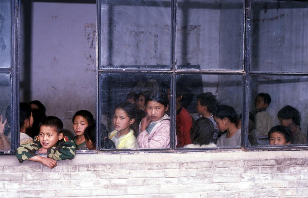 2002-05 China - schoolkinderen door raam-1800pix