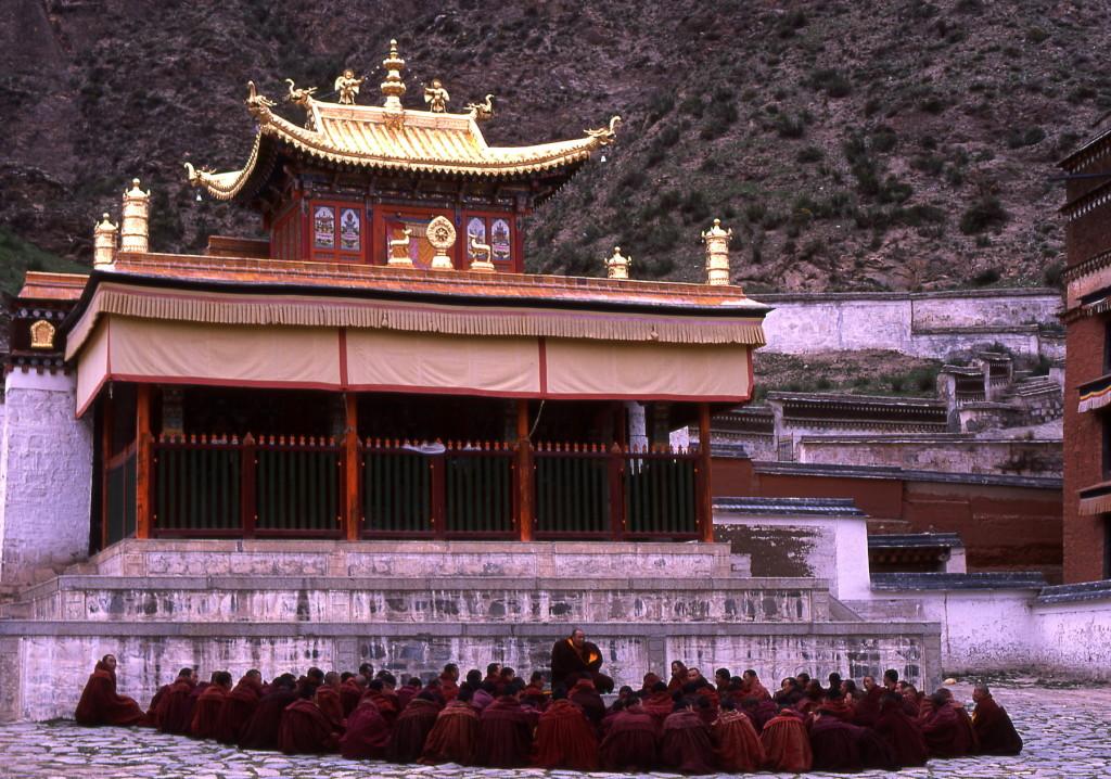 2002_05 China Xiahe Geelkapmonniken avondsessie-1800pix