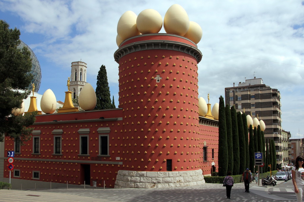 Figueres Museu Dalí buiten nr104-e-10x15cm versie - Foto Henk Butink