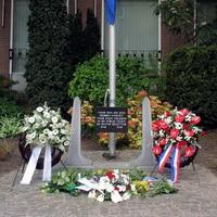 Verzetsmonument Wilnis-Arie van Vliet- Wout Smit-totaal beeld met vlag-200x200