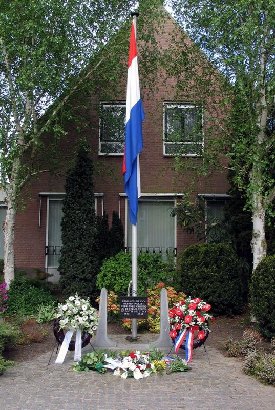 Verzetsmonument Wilnis-Arie van Vliet- Wout Smit-totaal beeld met vlag
